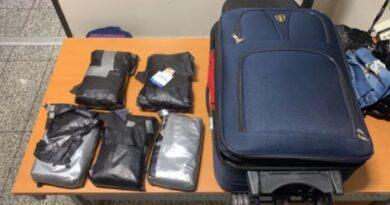 Detienen a ecuatoriana en el AILA y le ocupan cinco paquetes presumiblemente cocaína
