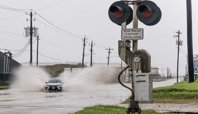 EEUU: Nicholas se convierte en huracán uno y se acerca a Texas
