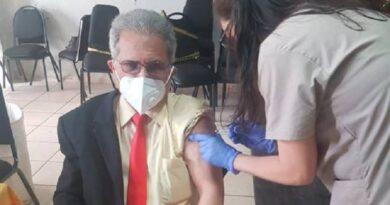 Colegio Médico no apoya presentación obligatoria de tarjeta de vacuna