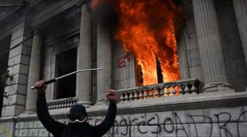 Protestas en Congreso de Guatemala dejan 4 periodistas heridos y 2 detenidos