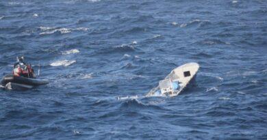 Zozobra embarcación se dirigía a Puerto Rico; rescatan dos muertos y seis vivos